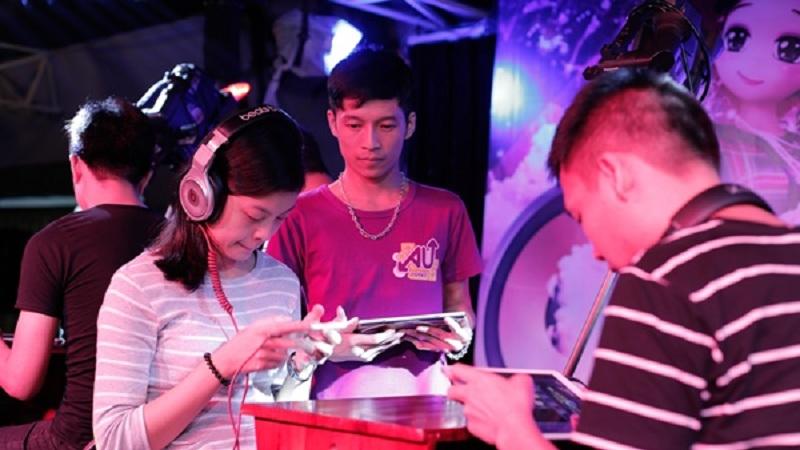 """Au Mobile - Cô gái """"đánh bại"""" 3 game thủ nam tại offline  Hà Nội"""