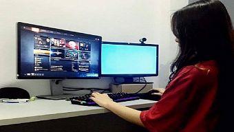 Nữ game thủ Dota 2 thích thú với lối chơi của Au Speed