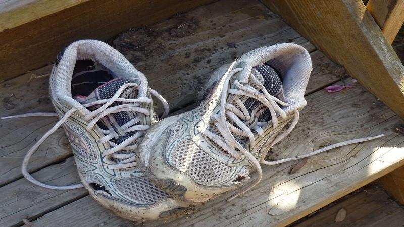 Chơi net thiếu tiền, thanh niên gán nợ bằng đôi giày nát khiến chủ quán net sôi máu