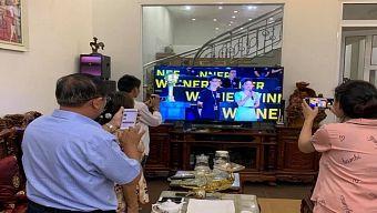 Hạnh phúc game thủ: Cả nhà quây quần xem livestream giải đấu, sẻ chia niềm vui chiến thắng