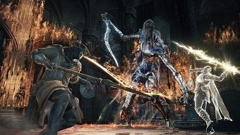 Chiến Dark Souls với tay cầm lạ, nam game thủ mệt như đóng cảnh hành động ngoài đời