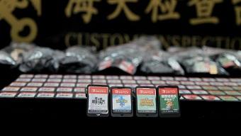 Dại dột mang hơn 600 thẻ game bên người, nam thanh niên bị tóm cổ ngay khi xuống sân bay