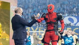 Thật như đùa: Đội trưởng tuyển bóng đá Quốc gia Nga hóa trang thành Deadpool lên nhận huy chương