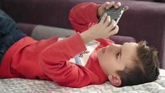Liên tục thức đêm chơi game, cậu bé 16 tuổi bị điếc tạm thời